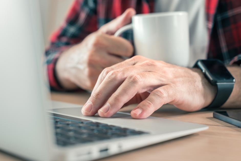kawa-laptop-mężczyzna
