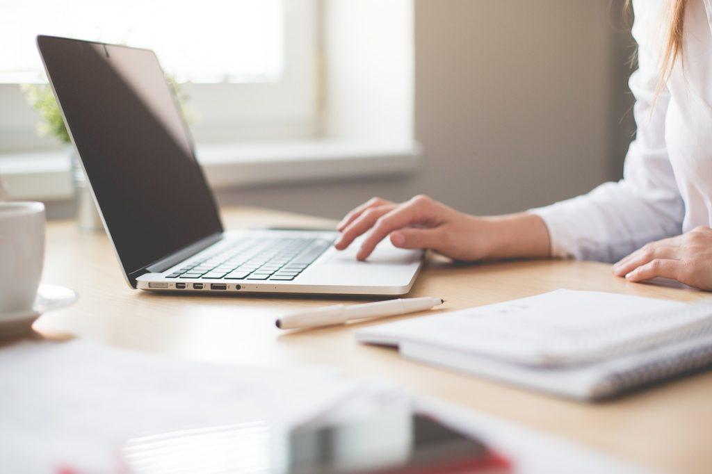 laptop-biuro-kobieta